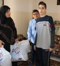 جمع ملابس للعوائل الفقيرة