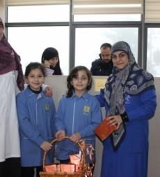 توزيع هدايا رمزية للمرضات في ولادة السيدة زينب (ع)